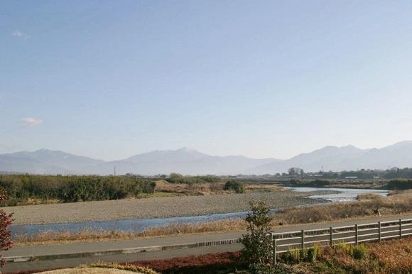 球磨川と免田川の合流地点の「盆地の盆」から市房を望む